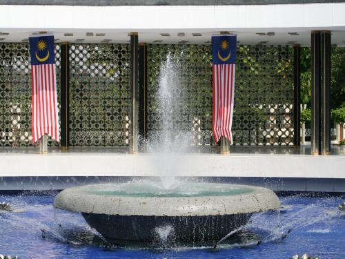 泉水紹介の最後の写真です。もう一度中央の噴水のアップです。水が濁らないように、フィルター設備が使用されているようでした。