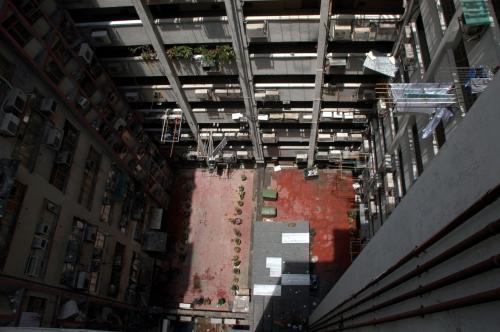 在香港的這種楼房都是有這様模式。<br />在中間都有這様的空間。。。<br /><br />香港のマンションビル、<br />何で真ん中に穴が空けてあるんでしょう。。。