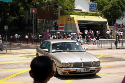 在香港有很多机会見捷豹(Jaguar)車。還是留英国的習慣呢?<br />(香港ではジャガーを良く見ます。相変わらずイギリス習慣の名残なのかな?)