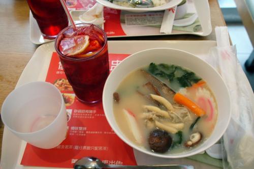 こまは、日式拉面にしてみました!<br /><br />飲み物は、昨日のような失敗をしないで、きっちりあの「赤いお茶」を選びました。<br /><br />サッパリとした果実飲料でした!<br /><br />でも、、、ラーメンは失敗でした。。。