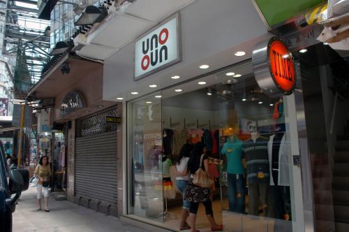 メチャメチャ若いガラだったのですが、店を見つけて納得。。。<br /><br />ホンマに買いました。<br /><br />次男坊も、一寸気になる短パンがあったようで、彼も早速購入!<br />香港、歩くと安くて良いものが見つかりますね。<br /><br />短パン10香港ドル。