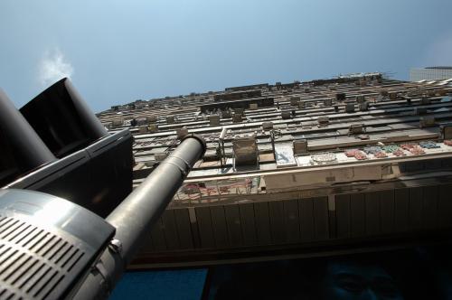 重慶大厦を下から。