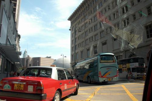 九龍公園道が込んでいましたが、運チャン逆行して飛ばします。<br />何してるのかと思ったら、中港城へ向かう車は、この先を別の所から差し込めば入れるんですね〜。<br />渋滞が凄かったので驚きましたが、4分少々で到着です。<br /><br />香港、良いタクシーと悪いタクシーの差が激しいですね。<br />・・・と言うか、悪人は悪人。どこでも悪いタクシー居ますからね。