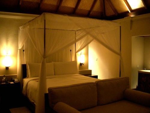 こちらがお部屋の写真です。<br />天蓋付きのベッドがどーんと真中に置いてあります。<br />ベッドの高さはフォーシーズンズ特有らしくちょっと高くなっています。