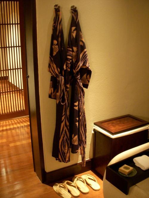 バスルームです。<br />浴衣風のバスローブが仲良くふたつかかっています。<br />下にあるのはぞうり風スリッパ、横の箱はランドリーボックスです。<br />