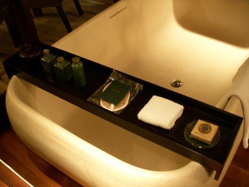 アメニティはフランス製・ロクシタンです♪<br />シャンプー・コンディショナー・バスジェルは環境を考えて詰め替え用の容器に入っています。<br />