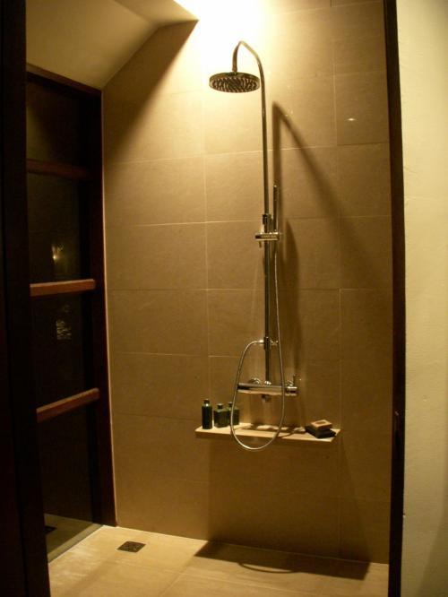 こちらがシャワー、いまモルディブで流行りのレインシャワーですね。(雨が降るように水が降り注ぎます)<br />大きなシャワーヘッドがおしゃれです。