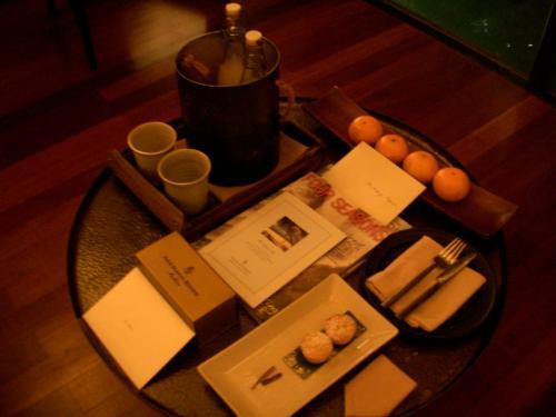 テーブルにはリゾートマネージャーからのウェルカムレター、みかん、ケーキ、2種類のソフトドリンクが冷やされておりました!