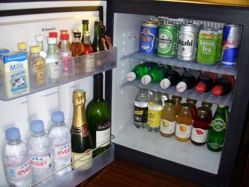 ミニバーには水、お酒、ジュースなどぎっしり入っていました。<br />調査しましたが缶ビール(タイガー,ハイネケン、アサヒスーパードライ)が6.5ドル、コーラ4ドル、オレンジジュース5ドル、ミネラルウォーター(エビアン、ペリエ)500ml5ドル、白ワイン45ドル〜、赤ワイン50ドルからとなっておりました。