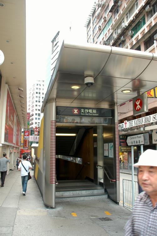 次男坊は、この地下鉄入り口から消えて行きました。<br />彼は深センの仕事場所へと戻らなければなりませんから。<br /><br />明日から出勤ご苦労様!!