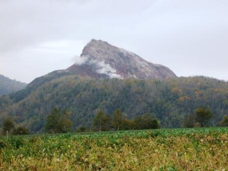 「昭和新山」<br />通常は、洞爺湖側から見るほうが多いけど、これは反対側になります。<br />今も、蒸気が上がっています。