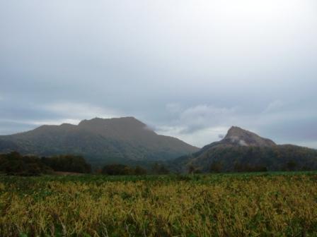 「有珠山」<br />昭和新山の左側に見えるのが、最近では平成12年3月31日に噴火した「有珠山」<br />子供の頃見てた形とまるっきり変わってしまいました。