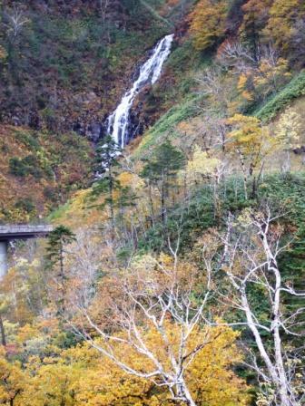 人知れず、滝がありました。<br />逆の白老方面から来たら、絶対見落としますね。