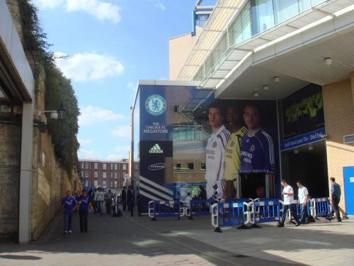 スタジアムに隣接する公式ショップ・メガストアまえの様子です。