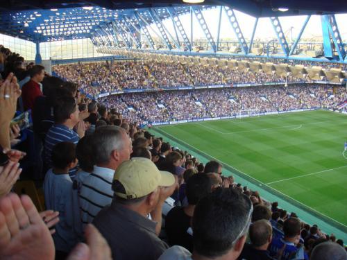 皆マナーよく、ゴールシーン以外はきちんと座って試合観戦です。ナイスプレーへの拍手、敵チームへのブーイングや味方チームへの応援が試合中ずーっと続いており、その雰囲気はイングランドサッカーの醍醐味というかとても楽しめました。<br />