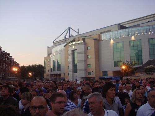 試合終了後のスタジアム正面は大混雑でした。。