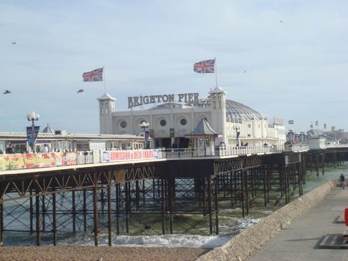ブライトンの名所、ブライトン・ピア(Brighton Pier)。会場にせりだす形の遊園地です。