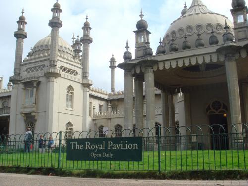 ロイヤル・パビリオン(The Royal Pavillion)。バスステーションから徒歩5分くらいでした。平日でも観光客の姿が結構ありました。