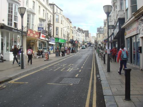 ブライトンの街の様子。これは両側にカフェやレストランがあったセントジェームズ・ストリート(St.James's St)にて。