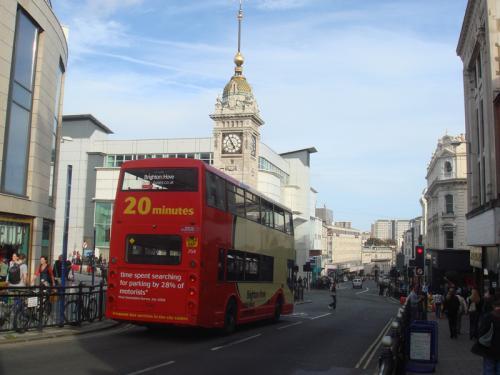 ブライトンの街の様子。赤い2階建バスが走っていました。