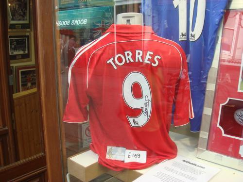 偶然発見したフェルナンド・トーレスのサイン入りのユニフォーム。サッカーファンにはたまらないコレクターショップもありました。