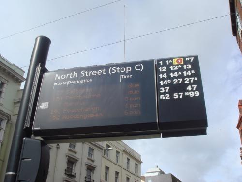 バス停の行先表示板。セブンシスターズに行くには「12A Eastbourn」に乗車。