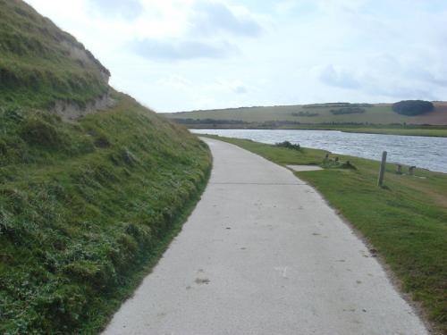 水辺沿いのハイキングコースの様子。アップダウンはないのですが、歩きやすい格好で行くべし。