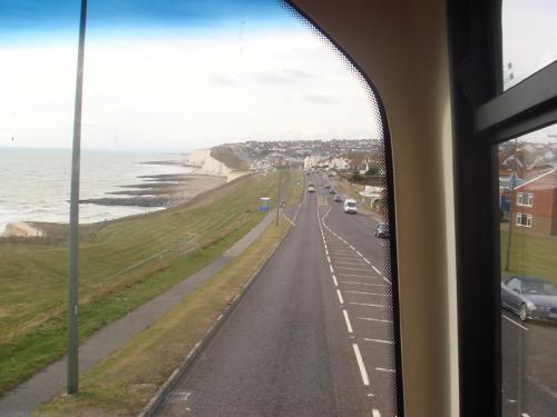 ブライトンへと帰るバスの2階席からの景色。海外船沿いに、所々白い崖がみえていました。