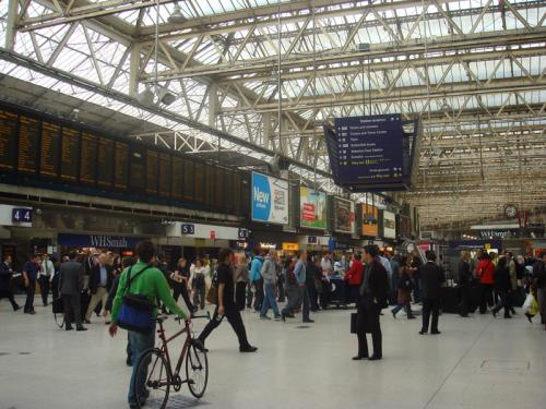平日朝9:00頃のウォータールー駅構内の様子。ストーンヘンジのあるソールズベリー行きの列車は、テムズ河南のウォータールー駅から出発します。