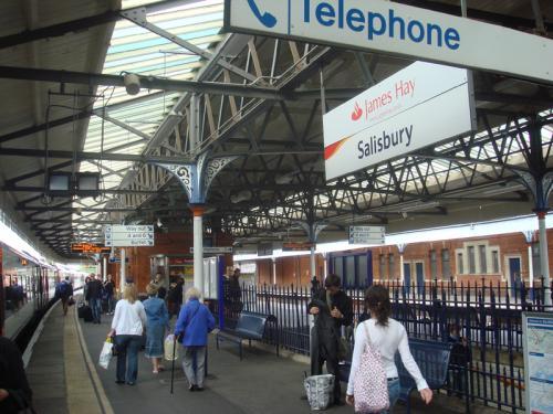 ソールズベリー(Saliesbury)駅に到着。電車を降りたところです。