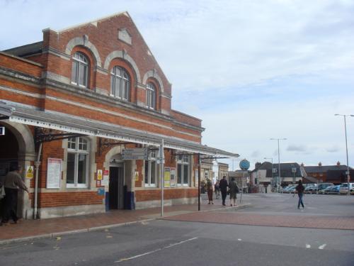 ソールズベリー(Saliesbury)駅正面。煉瓦造りの駅舎のまえには広い駐車場があります。お店はほとんどないところです。駅構内には小さな観光案内所があり、ストーンヘンジ行きのバス乗車券が買えました。