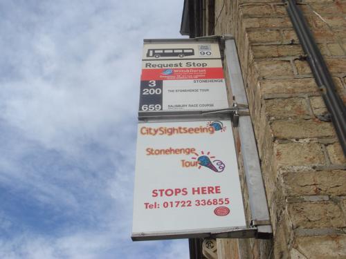 ストーンヘンジ行きのバス停。ソールズベリー駅舎の外、少し左にいったところにあります。