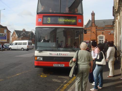 ストーンヘンジ行きのバス。バス正面の行先掲示板に「stonehenge」を確認して乗車。街中のバスターミナルの後に到着するため、既に観光客も結構乗っていました。