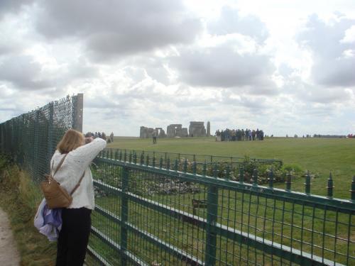 フェンス越しに大きな石が丸見えでした。だだっ広い草原のなかにぽつーんとありました。