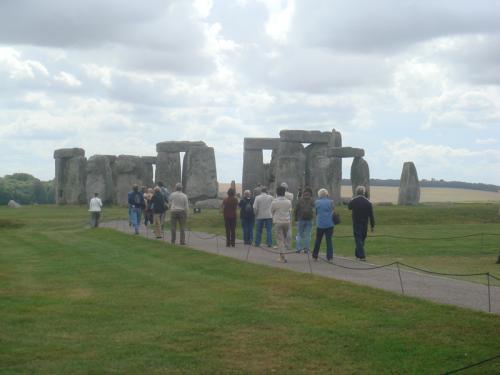 入場料を払えば、フェンス内の歩道にそって石の周りを見学できます。