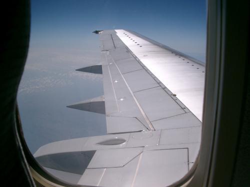 環境にもいいし、伊丹の跡地も利用できます。<br /><br /><br /> さて、飛行機の国内便に乗ることなど、めったに無いので、どんなフライトかわくわくしてきました。<br /><br /> 離陸しました。