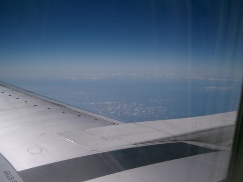 暑い地上と違って快適です。(外気温ー数十℃)<br /><br /> これまでの経験から、飛行機は全てのフライトで食事が出るものと思っていました。<br /><br /> でも、結局、このフライトでは最後まで食事は出なかったので、とてもがっかりしました。