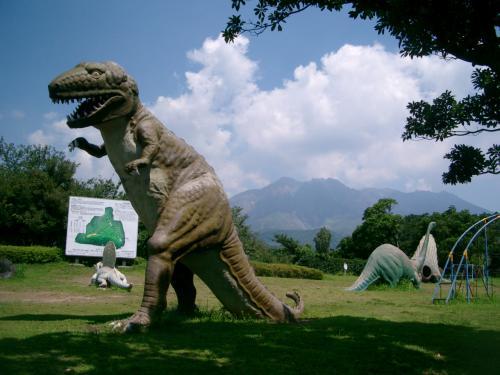 すごい!<br /><br /> 石こう(?)で造られた恐竜がたくさんいます。<br /><br /> 今にも動き出しそうです。<br /><br /> おお! 桜島の山頂も間近に見えます。