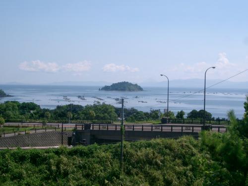前の写真は北向きで、この写真は南向きです。<br /><br /> 海は鹿児島湾で、ここにはとてもたくさんの種類の魚がいるそうです。<br /><br /> ここを出たら、この道路を右(西)から左(東)向きに走って、日南海岸へ向かいます。