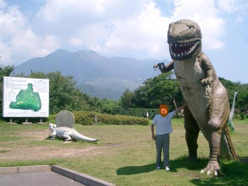 西洋人の青年が三脚で写真を撮っていました。<br /><br /> 日本中をあちこち旅して回っているような格好をした、いかにもトラベラーといった感じの青年でした。<br /><br /> ごく普通に挨拶した後、私と恐竜の写真を撮ってもらいました。