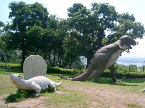 車を停めて休みたいと言うので、そのまま桜島の恐竜公園に上がりました。<br /><br /> ここでしばらく休憩です。<br /><br /> エアコンをつけるためにエンジンはかけっぱなしです。