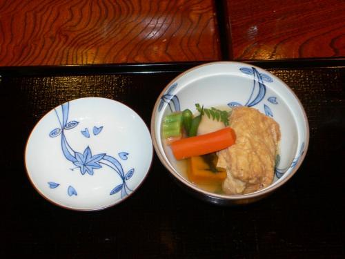 野菜と湯葉をたいたんです。<br /><br /> 湯葉の中に銀杏がくるんでありました。<br /><br /> 秋ですねぇ。<br /><br /> 今年はなかなか寒くならなかったので、関東はようやく銀杏が出回り始めました。いつもより2週間くらい遅いかなぁ。
