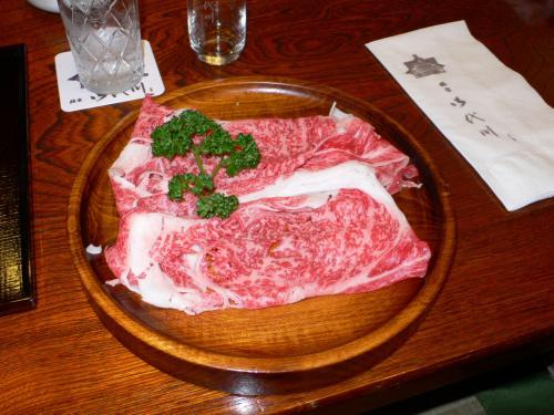 じゃーーん。メインの肉です。<br /><br /> 実は今回のコースは「葉山牛のしゃぶしゃぶ懐石」だったのです。<br /><br /> 希少な葉山牛のお肉をうすーくスライスしてあります。脂がすごい。