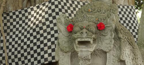 ご神木の前には、真っ赤なお花で飾った像が。<br />ちょいまぬけですね(^^