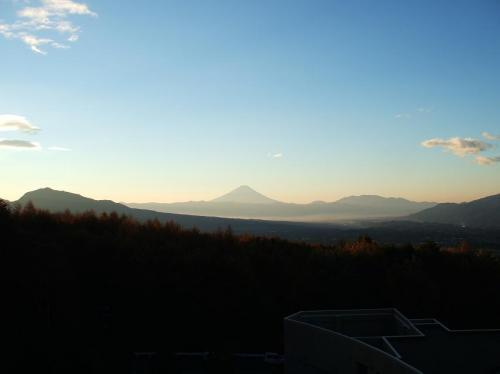 雨の日はサイクリングできない。快晴の日は誠にありがたい。写真はホテル展望塔より見た富士山。