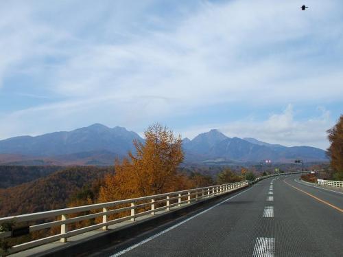 橋を渡ってから清里方面へ、長い長い登り道(写真)が続く。車で走ればあっと言う間である。