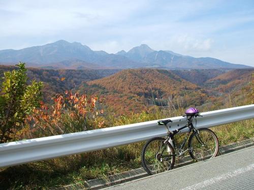 しかし、自転車ではつらい。外気は冷たくても汗が噴き出してくる。ダイエット効果抜群!何度も休憩し、周りの絶景を楽しむ。(写真)