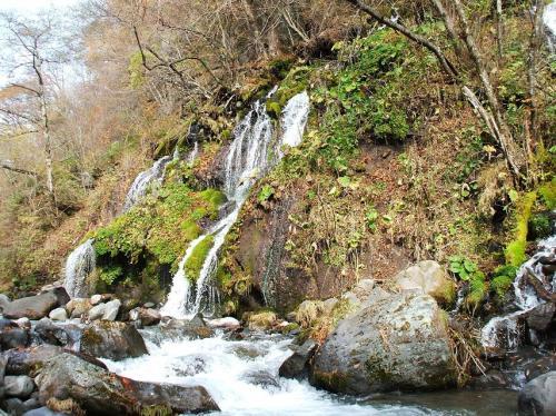 吐竜の滝(写真)まで行ってみたが、紅葉は終わり、滝の落差、水量共に少なくインパクト無し。