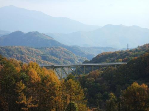 林道を抜けると突然視界が開け、さっき渡った「清里高原大橋」(写真)が見えた。