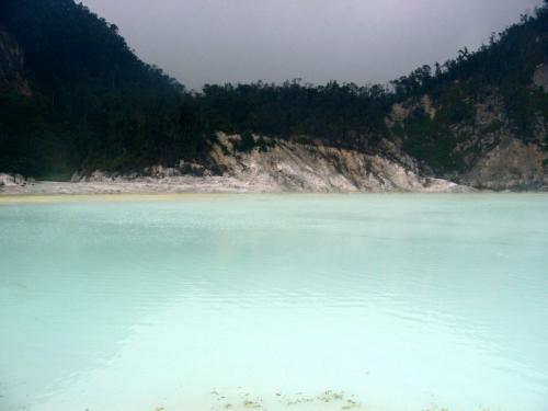 白水色の火口湖